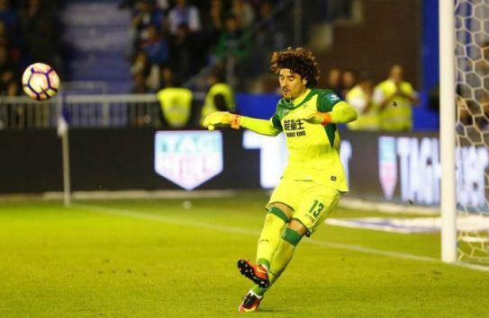 Guillermo Ochoa despeja el balón durante el partido entre Granada y el Alavés