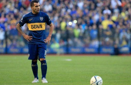 Carlos Tévez previo a cobrar un tiro libre con Boca Jrs.