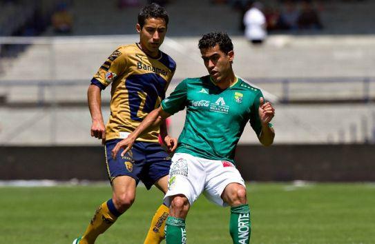 Nery Castillo con la playera de León jugando frente a Pumas