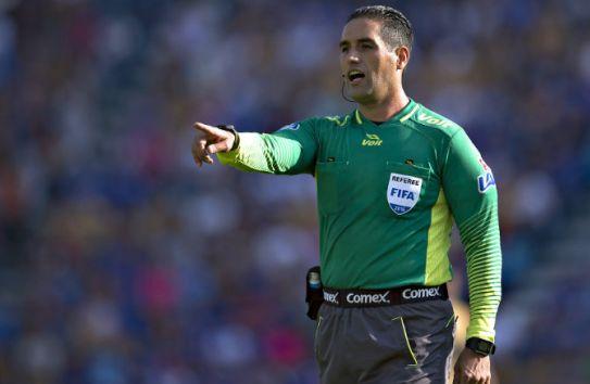 Roberto García Orozco hace una marcación en juego de Cruz Azul