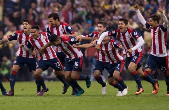 Jugadores de Chivas corren tras ganar el partido