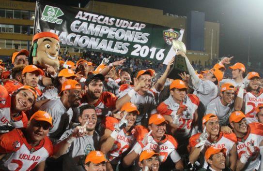 Los jugadores de los Aztecas de la UDLAP celebran su título y posan para la foto