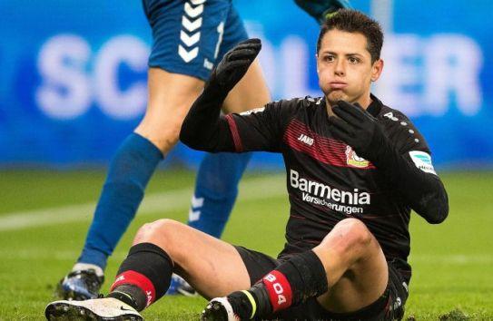 Javier Hernández se lamenta en el juego Leverkusen vs Friburgo