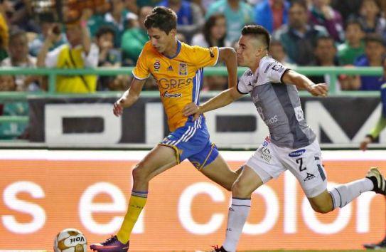 Jürgen Damm y Efraín Velarde disputan un balón en la Ida de las Semifinales