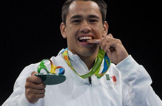 Misael Rodríguez muerde su medalla de bronce en Río