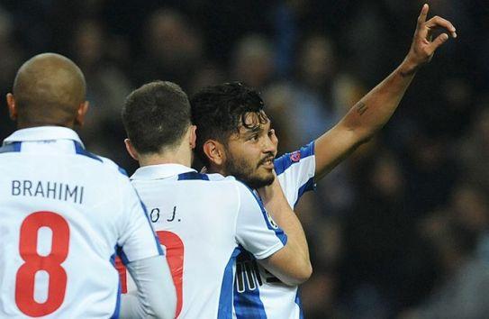 Jesús Corona apunta al cielo para festejar su gol contra Leicester