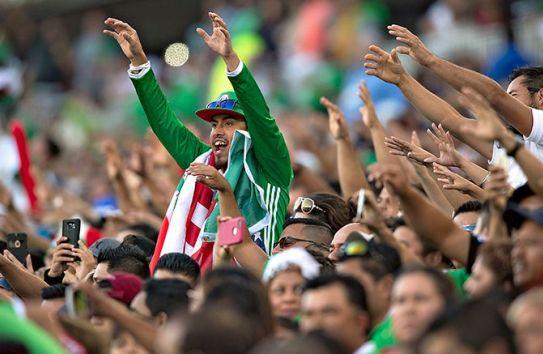 Aficionados gritan durante un juego de la Selección Mexicana