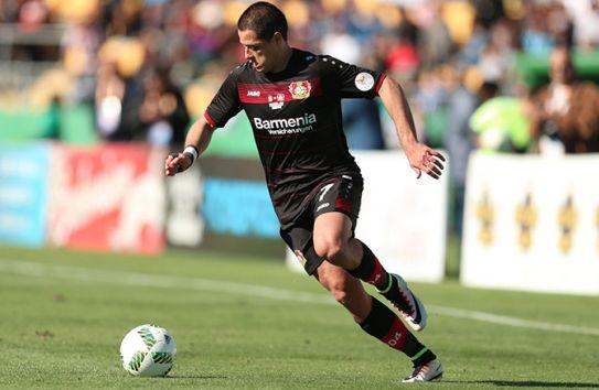 Javier Hernández conduce el balón en un partido del Bayer Leverkusen