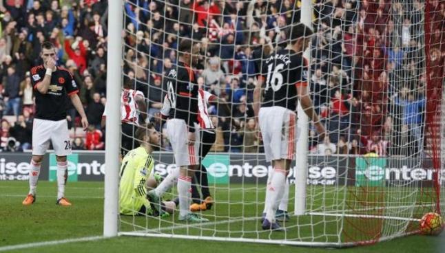 Jugadores del Manchester United se lamentan tras un gol local