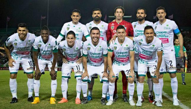 Jugadores de Jaguares posan en partido de Liga MX