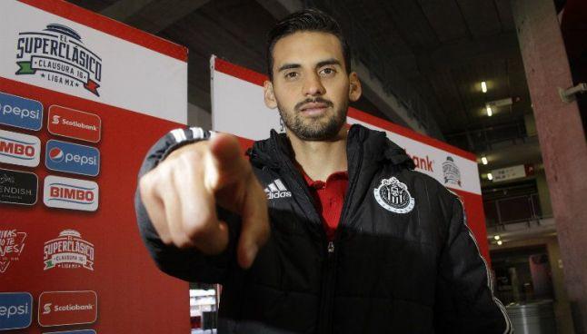 López posa para la cámara con la indumentaria de Chivas
