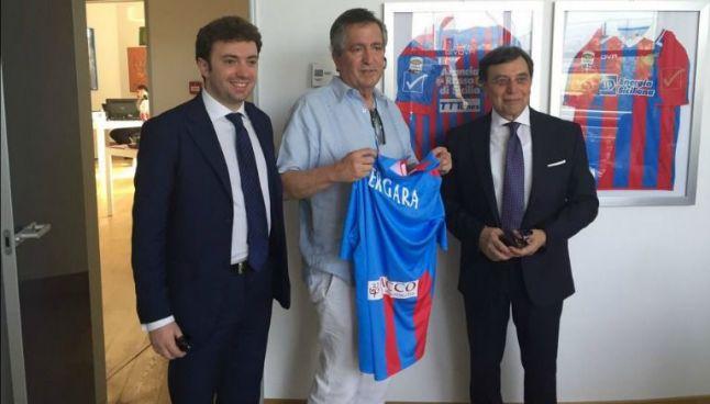 Vergara posa con una playera del Catania y junto a directivos dle club