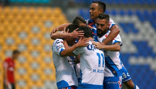 Jugadores de Puebla celebran uno de los goles frente a Xolos