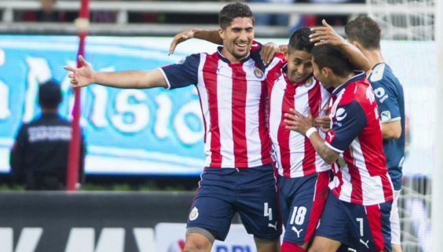 Jugadores de Chivas festejan anotación contra Monterrey