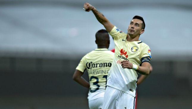 Rubens Sambueza festeja un gol con América