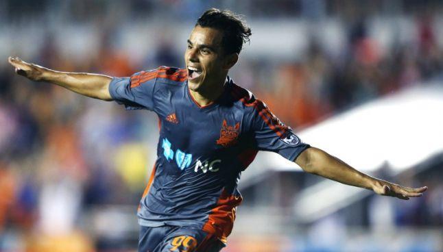 Omar Bravo celebra un gol con el Carolina RailHawks