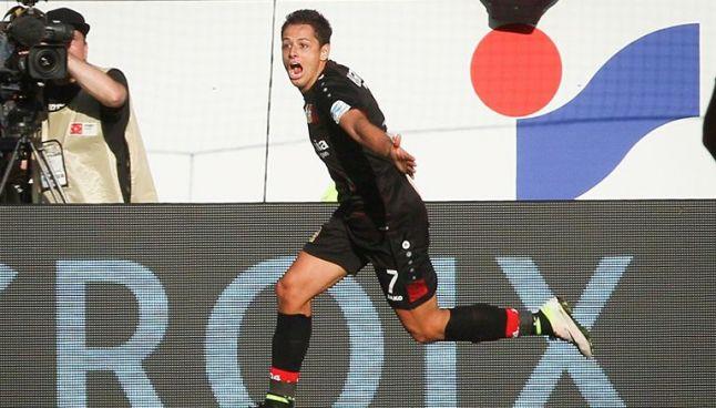 Chicharito festeja uno de sus goles con Bayer