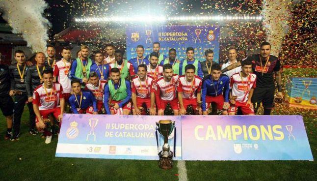 Espanyol de Barcelona festeja con el trofeo de Campeón