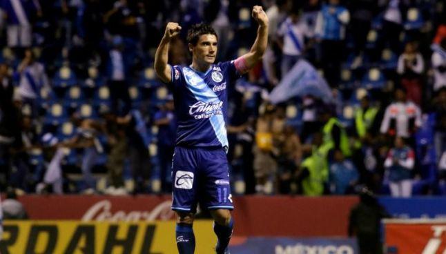 El Chavo celebra un gol con el Puebla