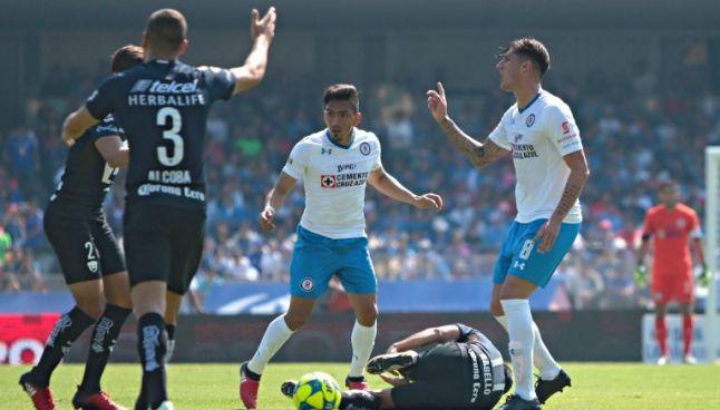 Peñalba se queja con el árbitro durante el partido frente a Pumas