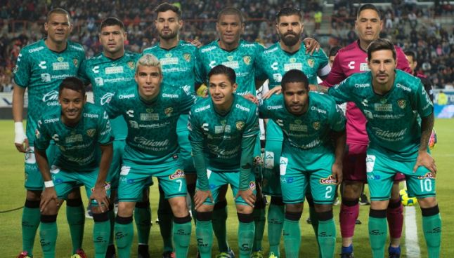 El equipo de los Jaguares de Chiapas posa para la foto previo al juego contra Pachuca