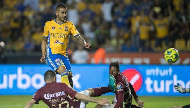 Ismael Sosa remata a portería durante el juego Tigres vs América