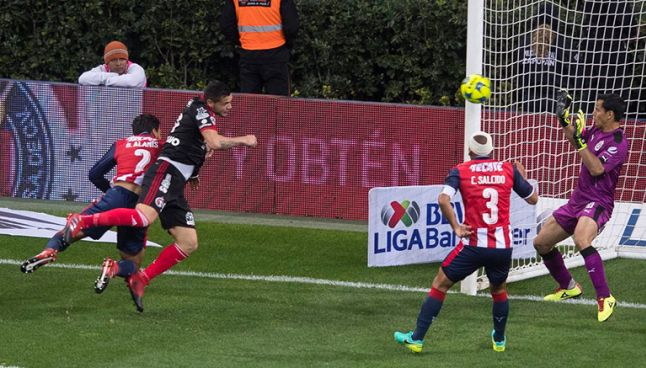 Milton Caraglio remata de cabeza para hacer el gol