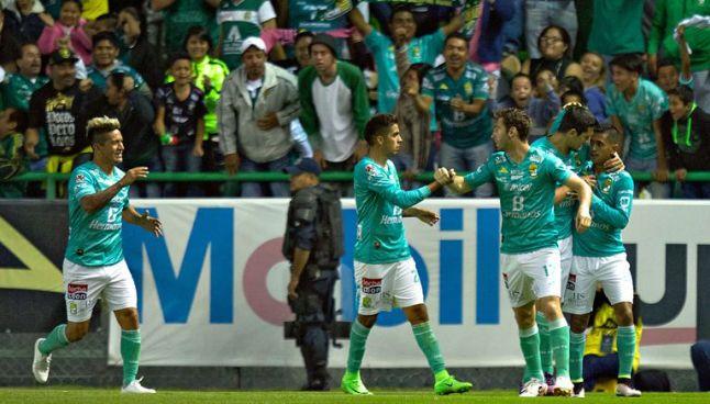 Jugadores del León festejan el tanto del empate frente a Santos
