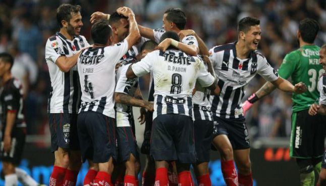Jugadores de Rayados celebran el segundo gol