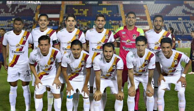 Los jugadores de Coras posan para la foto previo al juego frente al Atlante
