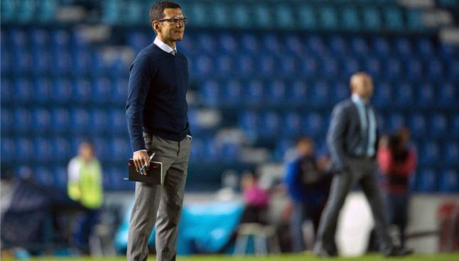 Lozano observa el desarrollo de su equipo frente a Cruz Azul
