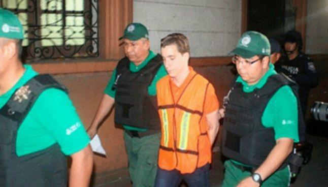 Diego Cruz Alonso camina custodiado