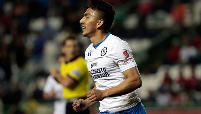 Ángel Mena durante un partido con Cruz Azul