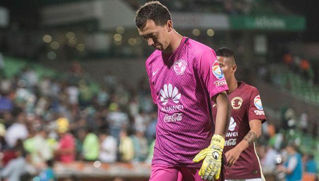 Agustín Marchesín mira al suelo tras perder contra Santos en la Copa MX