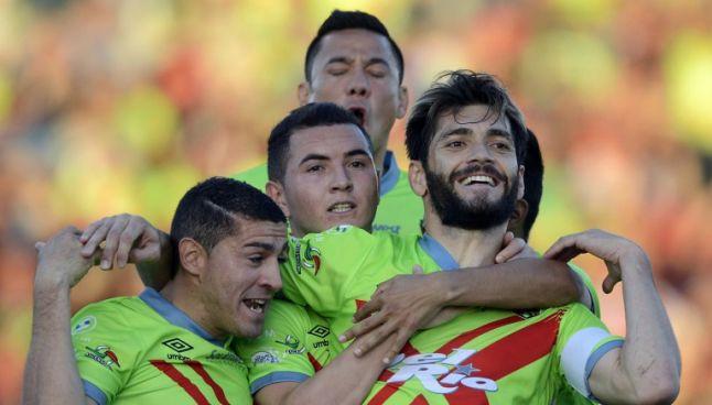 Leandro Carrijo celebra con sus compañeros el tanto que marcó frente a Potros