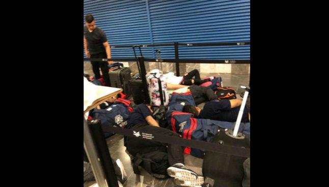 Jugadores de los Bravos duermen en el aeropuerto