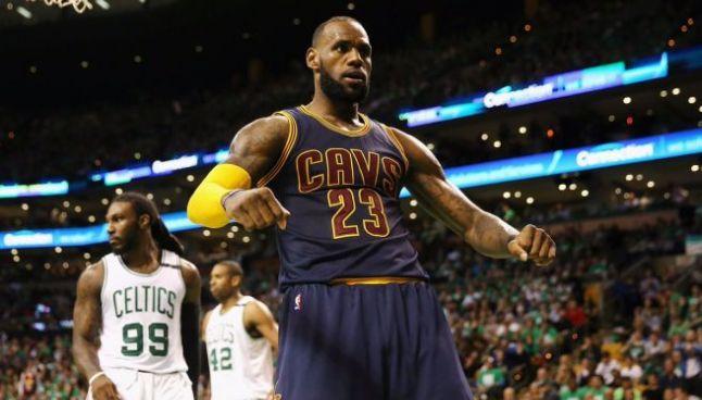 James festeja eufórico una anotación contra Celtics