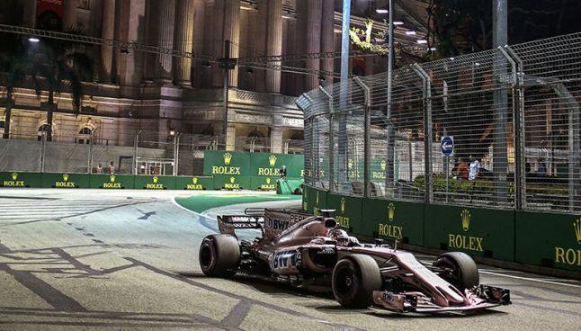 Sergio Pérez maneja su monoplaza en el circuito de Marina Bay