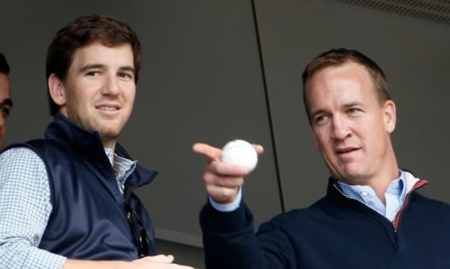 Eli y Peyton Manning en un evento
