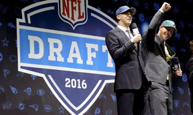 Goff y Wentz tras ser seleccionados en el Draft
