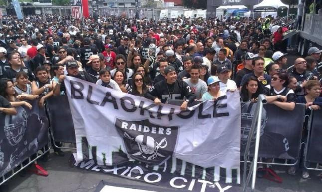 Aficionados mexicanos en el Fan Fest de los Raiders en el Estadio Azteca