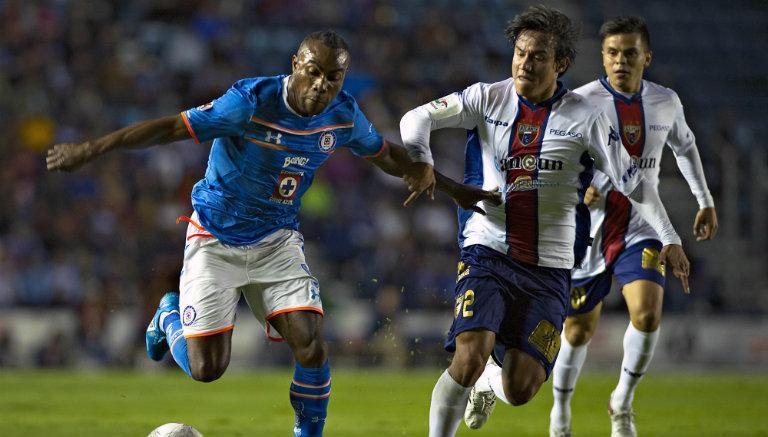 Joffre Guerrón disputa el balón en el juego contra Atlante