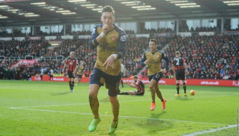 Özil celebra un gol en un partido del Arsenal