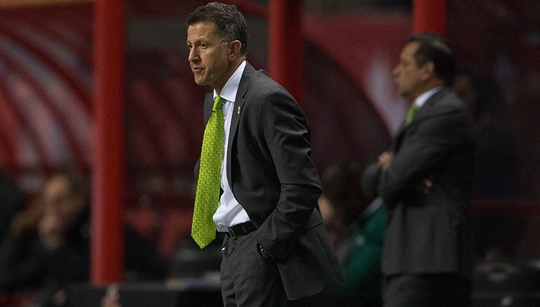 Juan Carlos Osorio observa el duelo del Tri