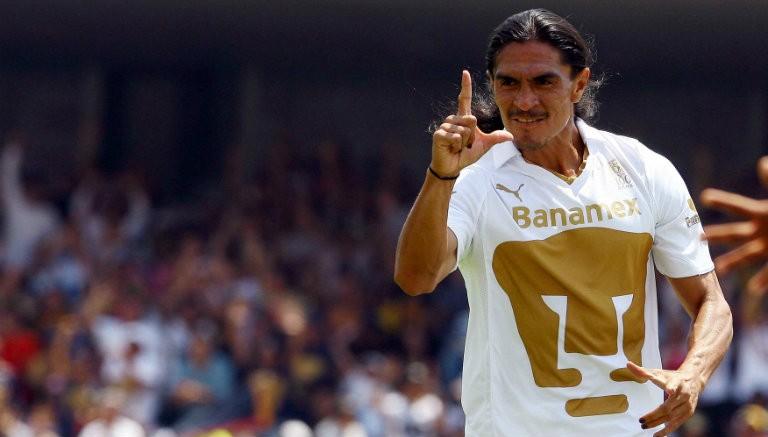 Francisco Palencia festeja un gol con Pumas