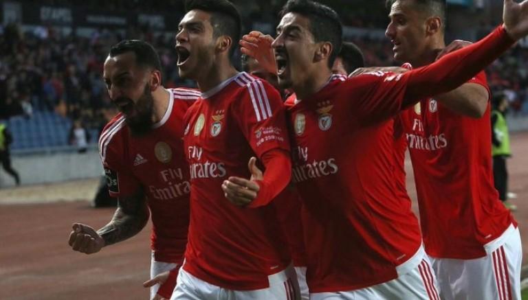 Jiménez festeja luego de sacudir las redes con Benfica