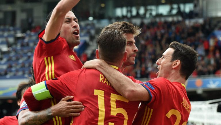 Piqué festeja gol contra República Checa