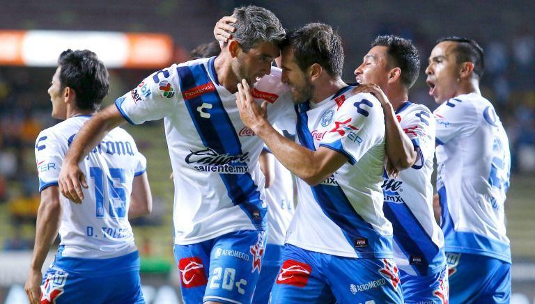 Álvaro Navarro festeja junto a sus compañeros uno de sus goles contra Morelia