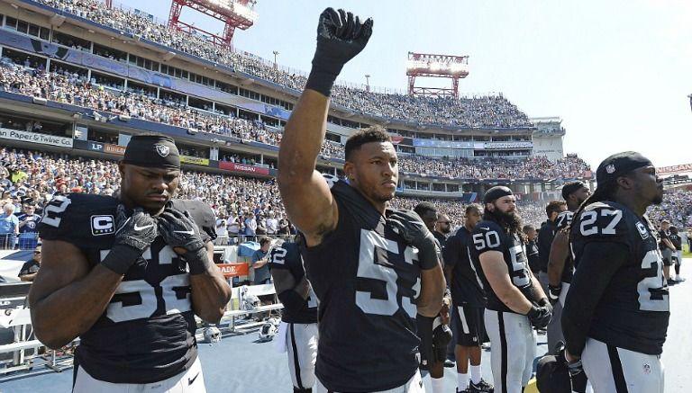 El jugador de los Raiders, Malcolm Smith, levantó el puño