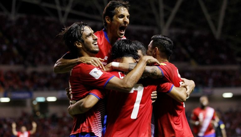 Futbolistas de Costa Rica se abrazan tras una anotación contra EU